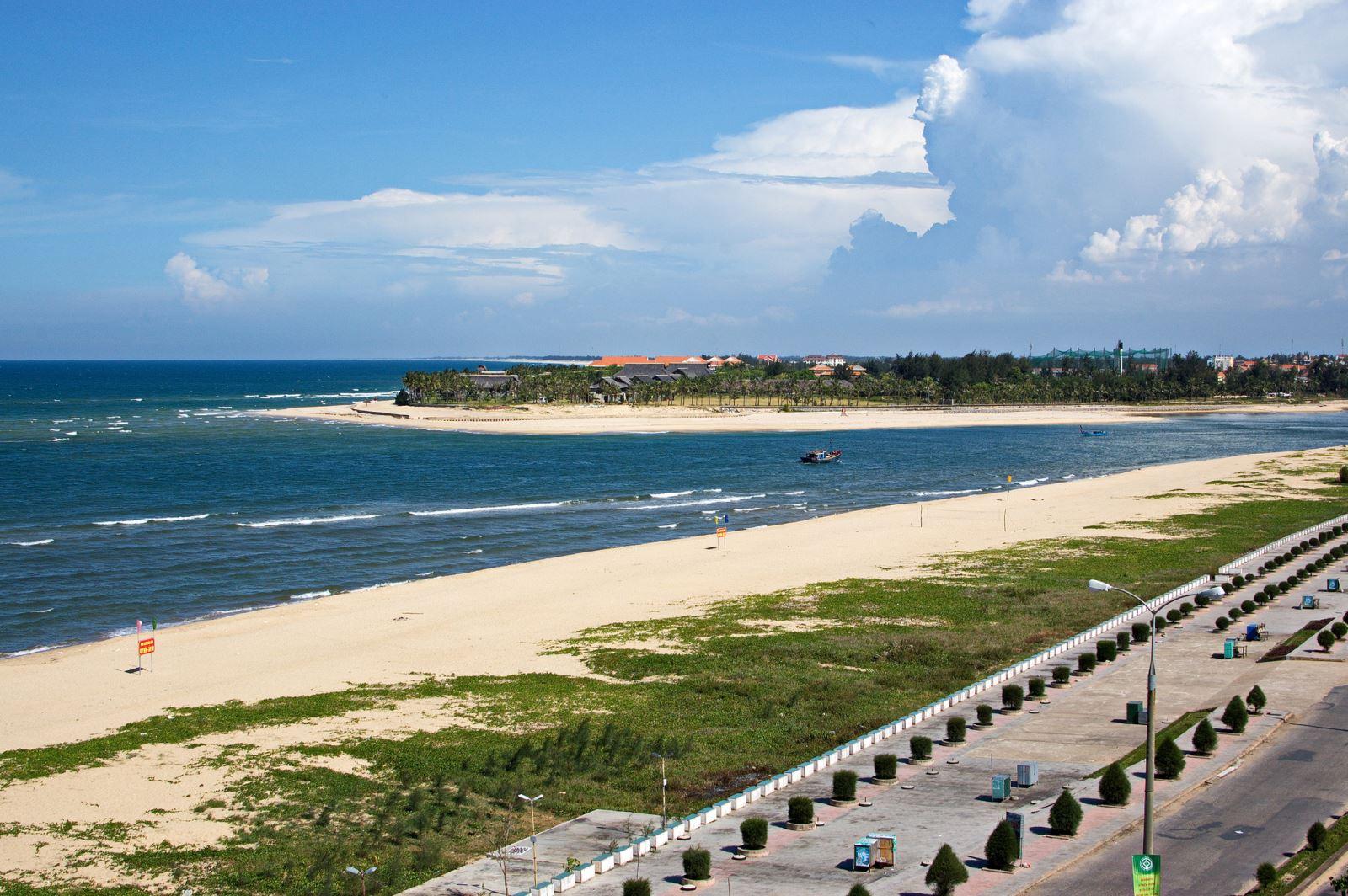 Biển Nhật Lệ điểm đến không thể bỏ qua nếu du lịch Quảng Bình