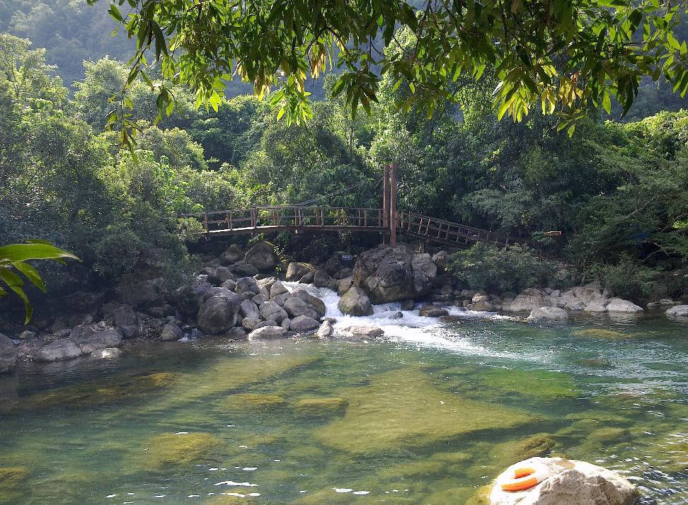Chiếc cầu gỗ bắc qua đoạn thác chảy