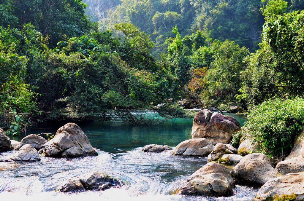 Điểm khởi thủy của Suối Nước Moọc nơi nước không bao giờ ngừng phun
