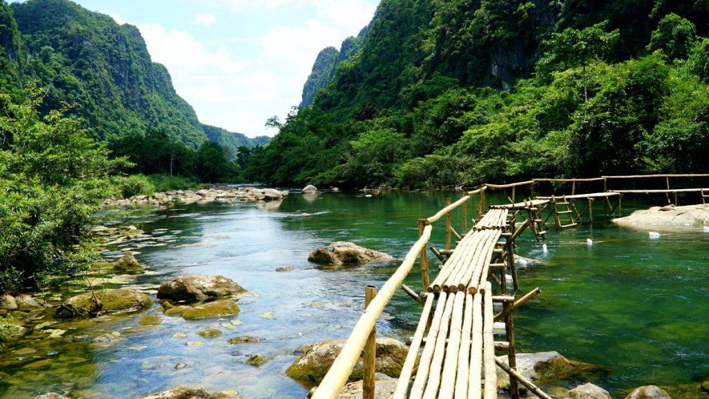 Những chiếc cầu tre xinh xắn tô điểm thêm vẻ đẹp cho Suối Nước Moọc
